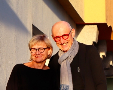 """Sibylle Gandler u. Johann Kleemayr (Foto: © Stefan Reiser) sind die Gastgeber im """"Forum Flößerhaus"""". https://stefanreiser.com/forum-floesserhaus-neueroeffnung/"""