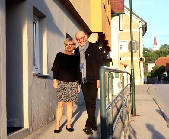 """Johann Kleemayr mit Sibylle Gandler am Eingang des """"Flößerhauses"""" in Thalheim bei Wels. Foto: © Stefan Reiser. https://stefanreiser.com/forum-floesserhaus-neueroeffnung/"""